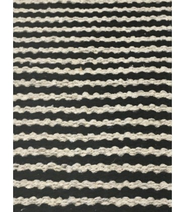 tapis de bain en coton ray noir et beige avec pompons. Black Bedroom Furniture Sets. Home Design Ideas