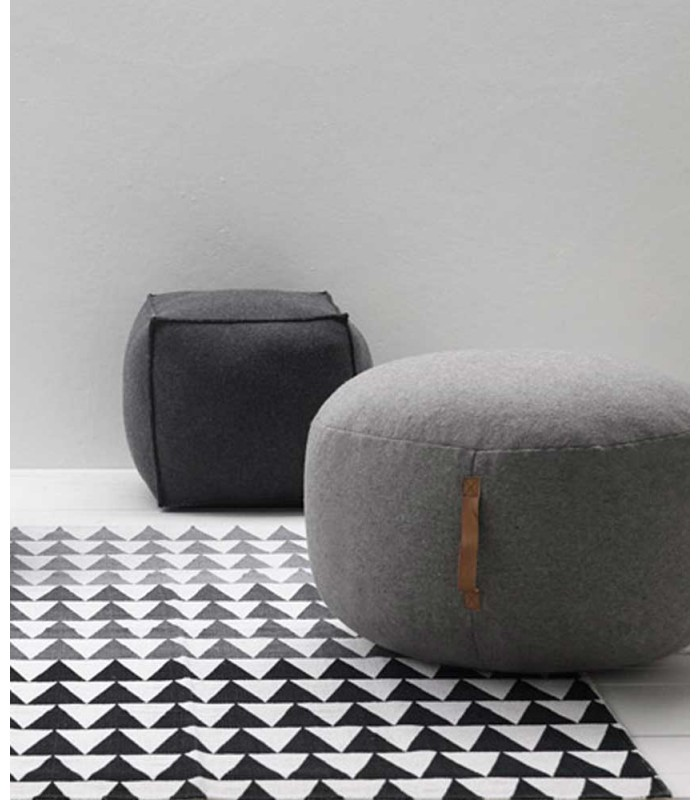 pouf rond gris clair en laine bouillie tendance avec sangle en cuir. Black Bedroom Furniture Sets. Home Design Ideas